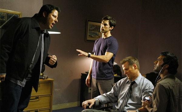 Milo Ventimiglia, Greg Grunberg, Sendhil Ramamurthy e Jack Coleman in una scena di Cold Wars della terza stagione di Heroes