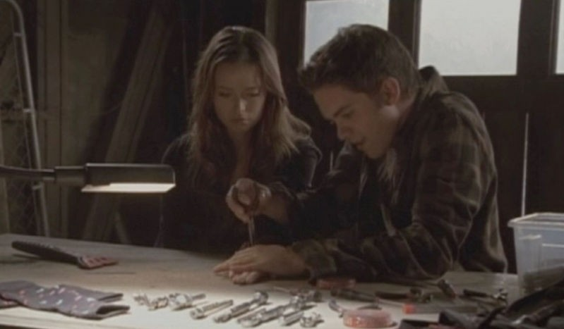 Thomas Dekker e Summer Glau in una scena dell'episodio Ourselves Alone di Terminator: The Sarah Connor Chronicles