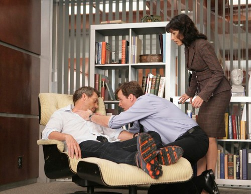 Hugh Laurie, Lisa Edelstein e Robert Sean Leonard in una scena dell'episodio The Softer Side di Dr. House: Medical Division