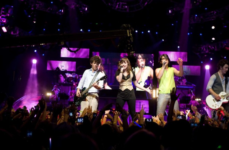 Nick Jonas, Demi Lovato, Joe Jonas e Kevin Jonas in un'immagine del film-concerto Jonas Brothers: The 3D Concert Experience