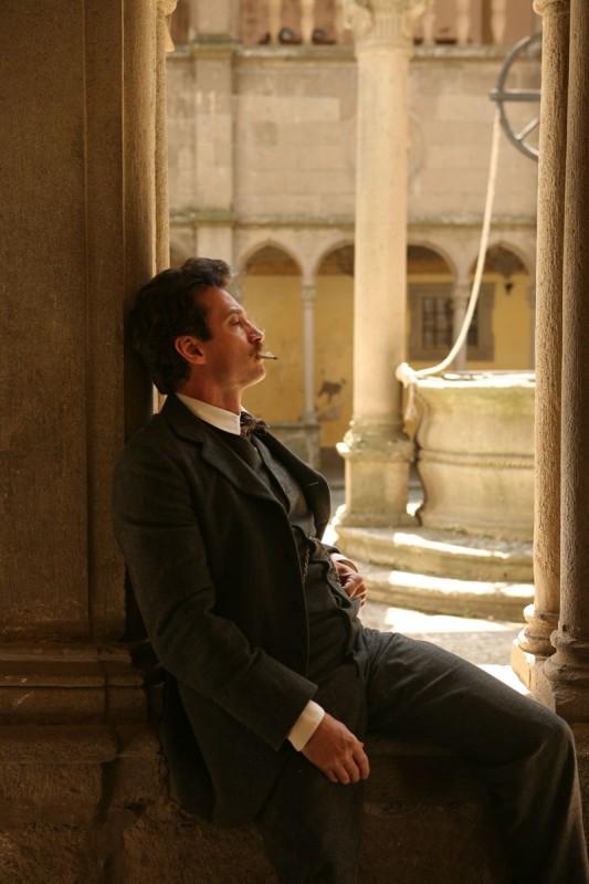 Un momento di relax per Giacomo Puccini nella fiction Rai