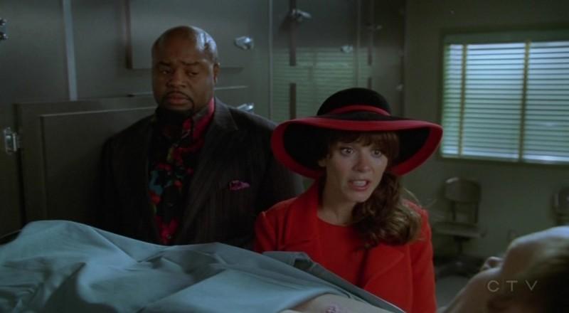Anna Friel e Chi McBride nell'episodio 'Il super cane' della serie tv Pushing Daisies