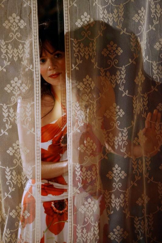Anna Friel in una scena del pilot della serie tv Pushing Daisies: Il ritorno di Chuck
