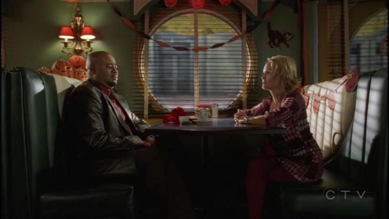 Chi McBride e Kristin Chenoweth durante una scena dell'episodio 'Dolcetto o scherzetto?' della serie tv Pushing Daisies
