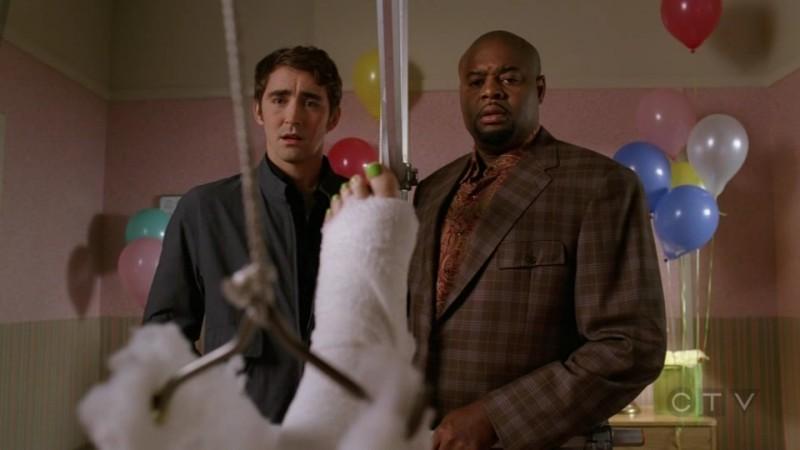 Chi McBride  e Lee Pace nell'episodio 'Il Tarassaco' della serie tv Pushing Daisies