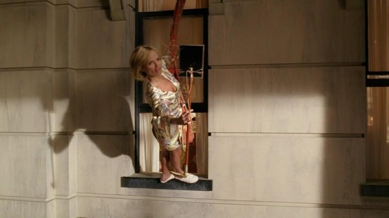 Kristin Chenoweth in una posa acrobatica nell'episodio 'Il Tarassaco' della serie tv Pushing Daisies