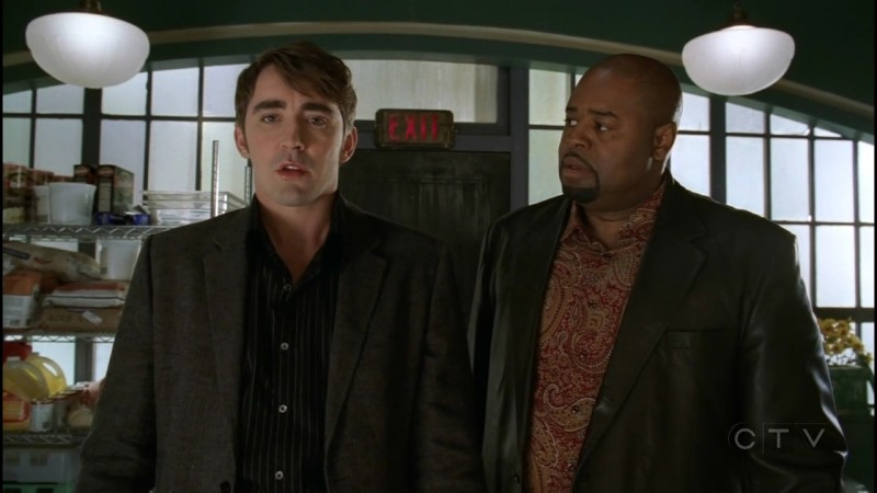 Lee Pace e Chi McBride in una scena dell'episodio 'Il dono della vita' della serie tv Pushing Daisies