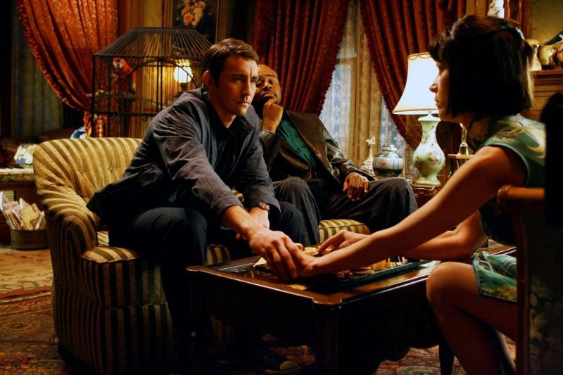 Lee Pace e Chi McBride in una scena della serie televisiva Pushing Daisies, episodio: Il ritorno di Chuck