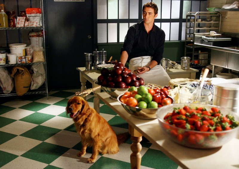 Lee Pace in un momento del primo episodio della serie tv Pushing Daisies: Il ritorno di Chuck
