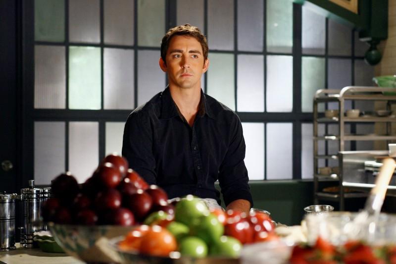 Lee Pace in una scena del primo episodio della serie tv Pushing Daisies: Il ritorno di Chuck