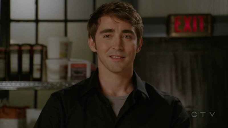 Lee Pace in una scena dell'episodio 'Il Tarassaco' della serie tv Pushing Daisies
