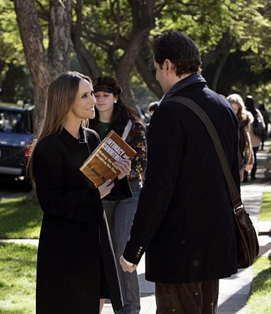 David Conrad (di spalle) e Jennifer Love Hewitt in una scena dell'episodio Greek Tragedy della quarta stagione del serial Ghost Whisperer