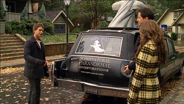 Jennifer Love Hewitt con Jamie Kennedy (di spalle) e un giovane 'acchiappafantasmi' nell'episodio Ghost Busted della quarta stagione di Ghost Whisperer