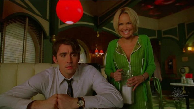 Kristin Chenoweth e Lee Pace in un momento dell'episodio 'Corpo Surgelato' della serie tv Pushing Daisies