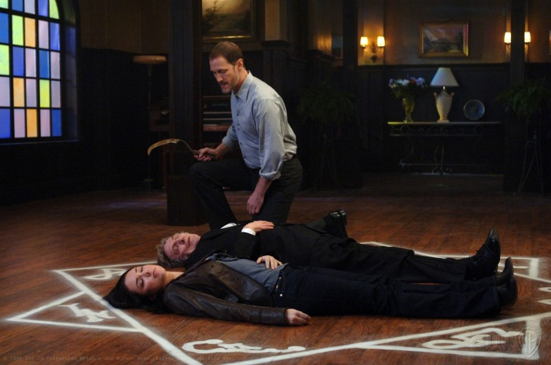 Lindsey McKeon, John Burnside e Christopher Heyerdahl in una scena dell'episodio Death Takes a Holiday di Supernatural