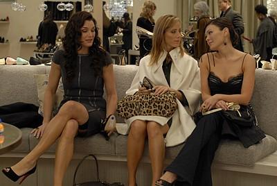 Brooke Shields, Kim Raver e Lindsay Price in un momento dell'episodio 'Chapter Three: Pink Poison' della serie tv Lipstick Jungle