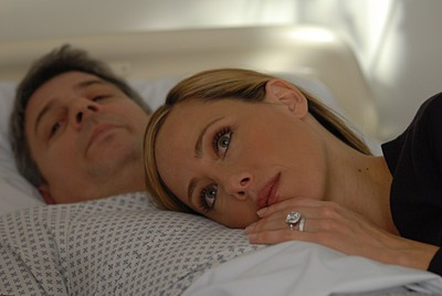 Christopher Cousins e Kim Raver in una scena dell'episodio 'Chapter Seven: Carpe Threesome' della serie tv Lipstick Jungle