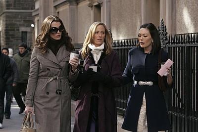 Kim Raver, Brooke Shields e Lindsay Price in una scena dell'episodio 'Chapter Seven: Carpe Threesome' della serie tv Lipstick Jungle