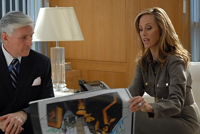 Kim Raver in un momento dell'episodio 'Chapter two: Nothing Sacred' della serie tv Lipstick Jungle