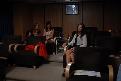 Lindsay Price, Brooke Shields e Kim Raver nell'episodio 'Chapter Four: Bombay Highway' della serie Lipstick Jungle