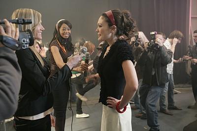 Lindsay Price in una scena del primo episodio della serie tv Lipstick Jungle, il suo personaggio, Victory, sta per presentare una sfilata.