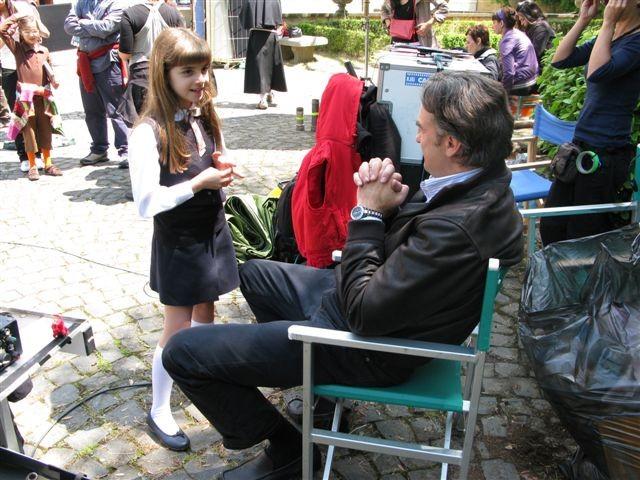 Max Tortora (di spalle) e Angelica Cinquantini chiacchierano durante una pausa sul set de I Cesaroni 3