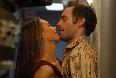 Paul Blackthorne e Brooke Shields in una scena romantica nell'episodio 'Chapter Five: Dressed To Kill' della serie tv Lipstick Jungle