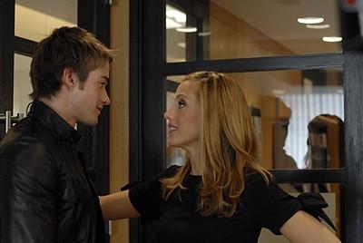 Robert Buckley e Kim Raver nell'episodio 'Chapter two: Nothing Sacred' della serie tv Lipstick Jungle