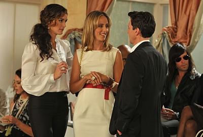 Brooke Shields, Andrew McCarthy e Kim Raver in un momento dell'episodio 'Chapter Thirteen: The Lyin', The Bitch and the Wardrobe' della serie tv Lipstick Jungle