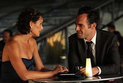 Brooke Shields con Paul Blackthorne in una seria discussione nell'episodio ' Chapter Fourteen: Let the Games Begin ' della serie tv Lipstick Jungle