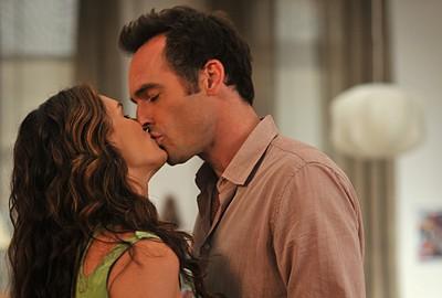 Brooke Shields e Paul Blackthorne si scambiano un bacio nell'episodio 'Chapter Nine: Help!' della serie Lipstick Jungle