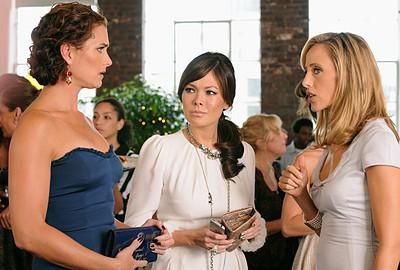 Brooke Shields, Lindsay Price e Kim Raver in una sequenza dell'episodio ' Chapter Fourteen: Let the Games Begin ' della serie tv Lipstick Jungle