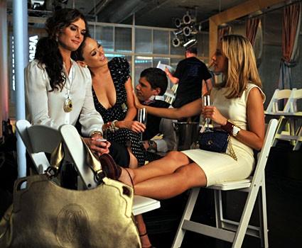 Lindsay Price, Brooke Shields e Kim Raver brindano al successo della sfilata di Victory nell'episodio 'Chapter Thirteen: The Lyin', The Bitch and the Wardrobe' della serie tv Lipstick Jungle