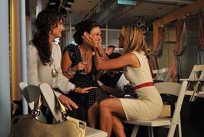 Lindsay Price, Brooke Shields e Kim Raver celebrano la sfilata di Victory nell'episodio 'Chapter Thirteen: The Lyin', The Bitch and the Wardrobe' della serie tv Lipstick Jungle