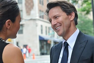 Lindsay Price e Andrew McCarthy in una scena dell'episodio 'Chapter Eight: Pandora's Box' della serie Lipstick Jungle