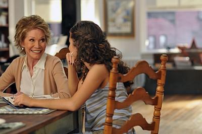 Mary Tyler Moore e Sarah Hyland nell'episodio 'Chapter Eight: Pandora's Box' della serie Lipstick Jungle
