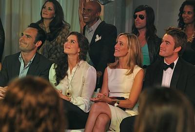 Paul Blackthorne, Brooke Shields, Kim Raver e Robert Buckley nell'episodio 'Chapter Thirteen: The Lyin', The Bitch and the Wardrobe' della serie tv Lipstick Jungle