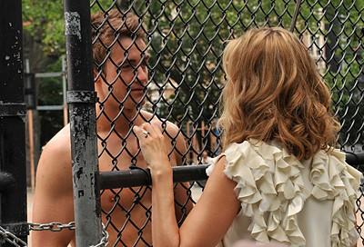 Robert Buckley e di spalle Kim Raver nell'episodio 'Chapter Eight: Pandora's Box' della serie Lipstick Jungle
