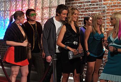 Robert Buckley e Kim Raver in un momento dell'episodio ' Chapter Nine: Help! ' della serie Lipstick Jungle