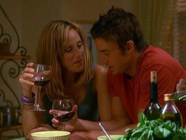 Robert Buckley e Kim Raver in una scena romantica della serie Lipstick Jungle, episodio: Chaptern Nine: Help!
