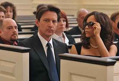 Rosie Perez  e Andrew McCarthy in una scena dell'episodio 'Chapter Eight: Pandora's Box' della serie Lipstick Jungle