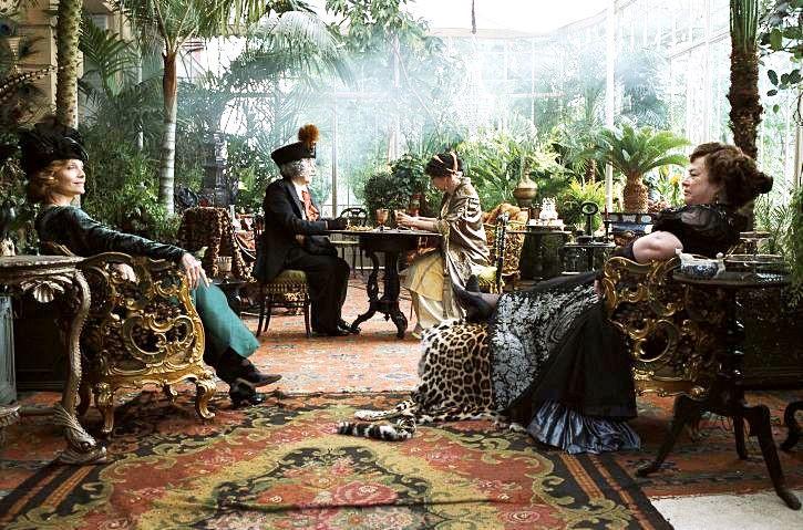 Kathy Bates e la sua ospite Michelle Pfeiffer nella lusssureggiante serra