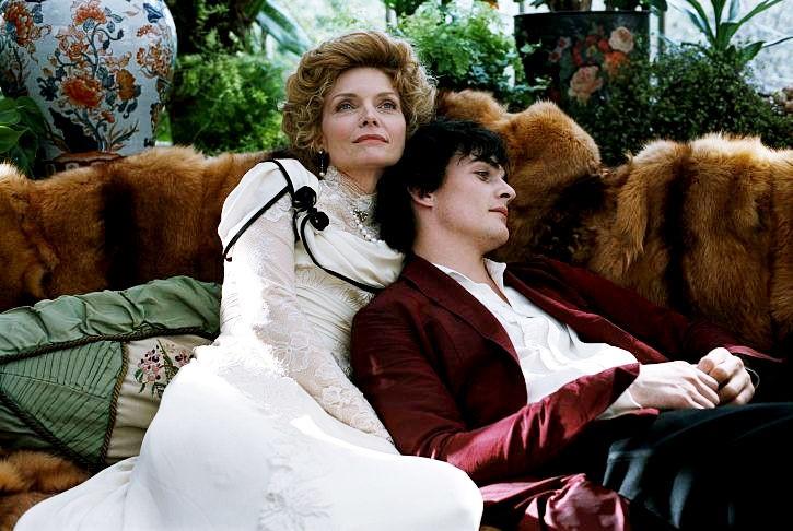 Michelle Pfeiffer e Rupert Friend amanti sfortunati in Cherì