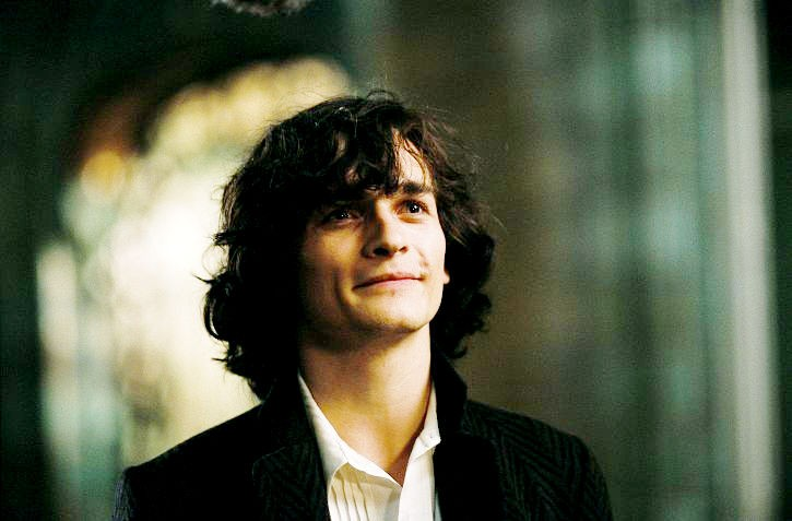 Un primo piano di Rupert Friend in Cherì