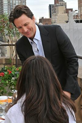 Andrew McCarthy e Lindsay Price (di spalle) nell'episodio 'Chapter Eighteen: Indecent Exposure' della serie Lipstick Jungle
