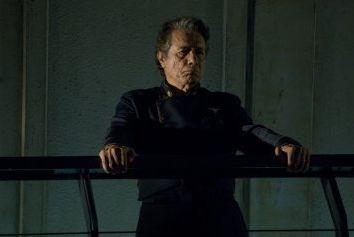 Edward James Olmos in una scena dell'episodio 'Islanded in a Stream of Stars' della quarta stagione di Battlestar Galactica