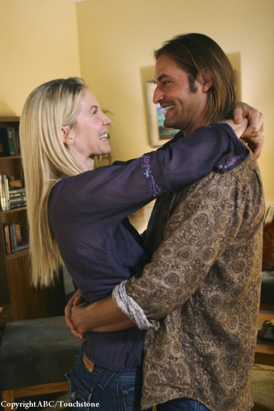 Elizabeth Mitchell e Josh Holloway si sorridono nell'episodio LaFleur di Lost