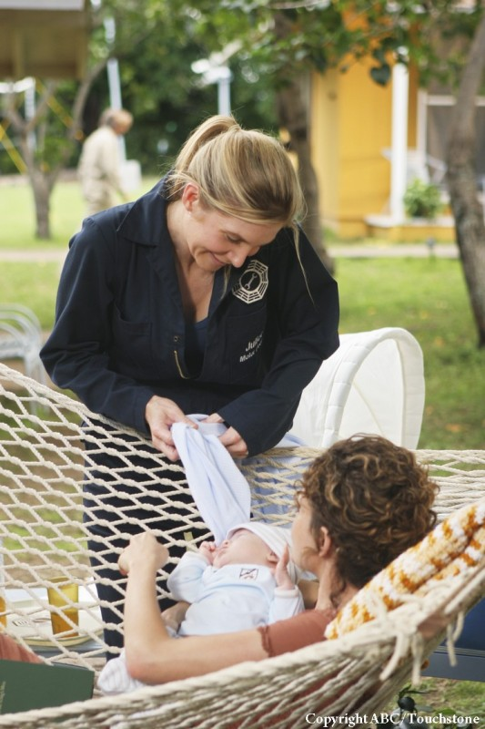 Elizabeth Mitchell ed Evangeline Lilly in una scena dell'episodio Namaste di Lost