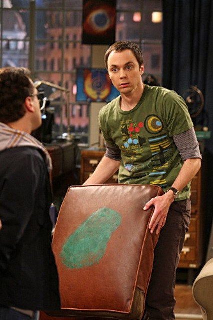 Johnny Galecki e Jim Parsons in una scena dell'episodio The Cushion Saturation di The Big Bang Theory