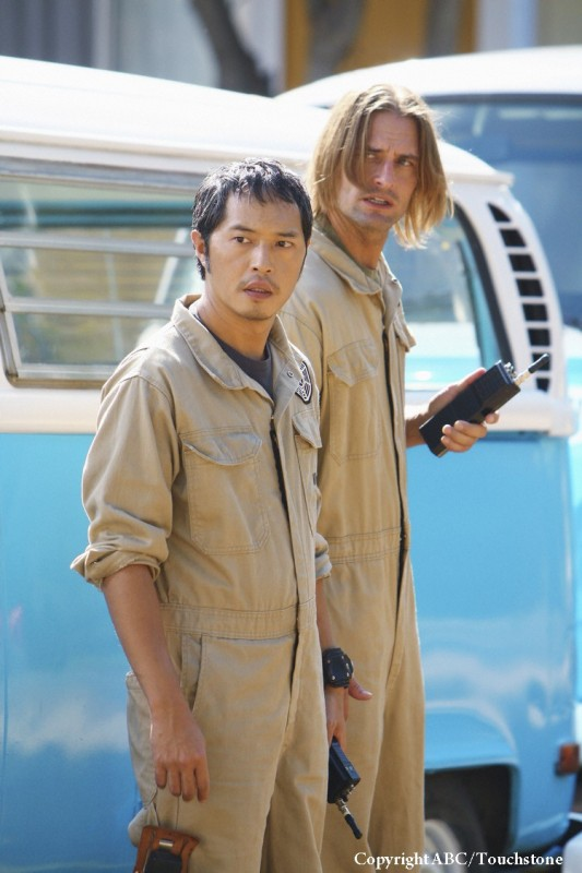 Josh Holloway e Ken Leung in una scena dell'episodio Namaste di Lost